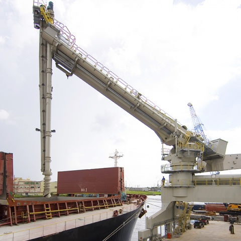 White Siwertell Ship unloader in operation