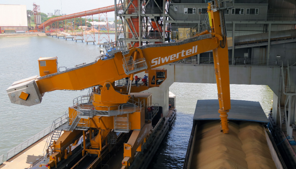Siwertell ship unloader unloading from a barge